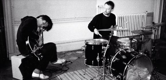 Thom Yorke & Jonny Greenwood of Radiohead Playing No Surprises – KROQ Radio (2003)
